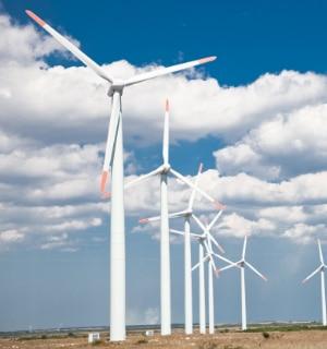 grote windturbine op open veld